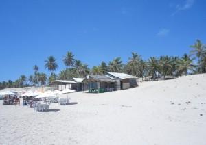 Existem poucas barracas na Praia de Santo Antônio